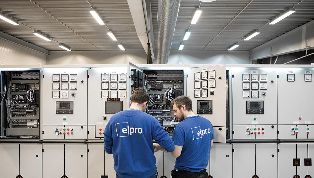 Elpro har god ordrereserve. Her ser vi to ansatte i full sving med monteringsarbeid. Foto: Elpro