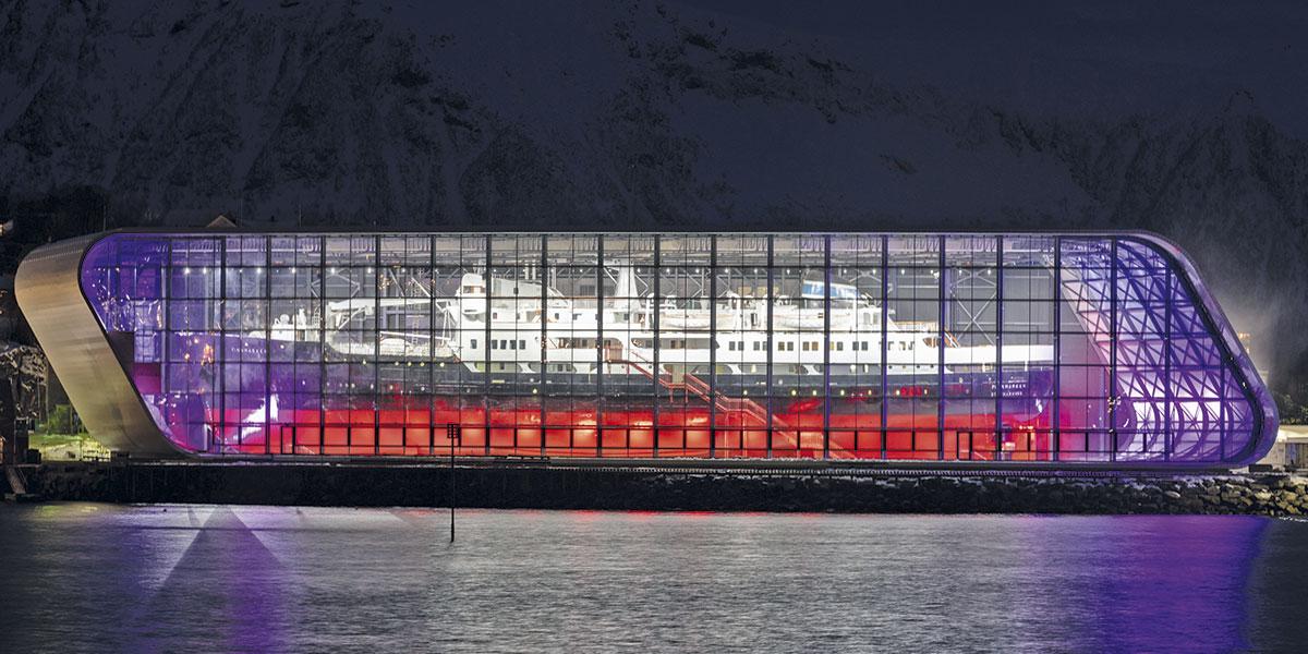 Hurtigruteskipet Finnmarken på plass i Vernebygget – et imponerende syn. Foto: Bjørn Eide
