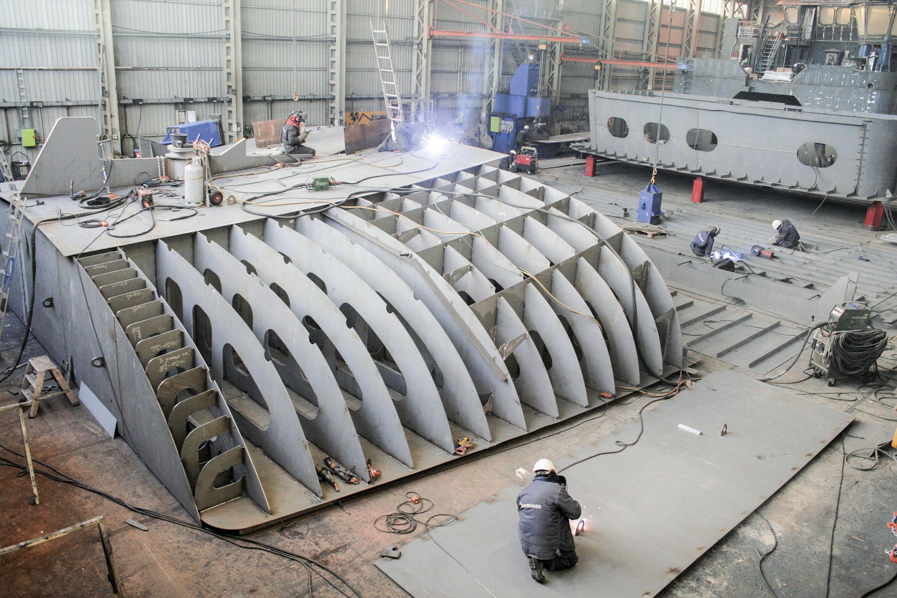 Her sveises det på seksjoner til en tråler som skal bygges hos Vard Langsten. Foto: Frode Rabbevåg