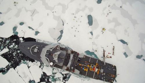 KV Svalbard i isødet. Foto: Kyatvakten