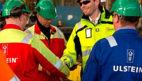Jon Ansten fra Nexans hilser på Ulstein Verfts Jarle Åsemyr. Foto: Ulstein