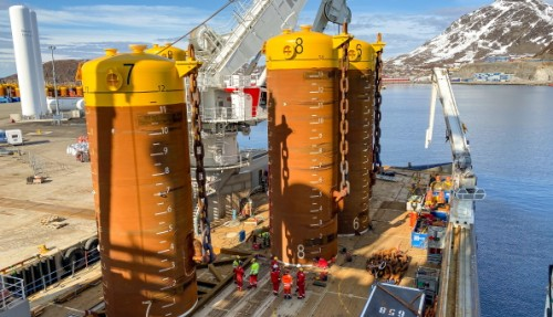 Kvart sugeanker veg mellom 90 og 105 tonn, og har ei høgde på mellom 13 og 17 meter. Foto: Benjamin Silden.