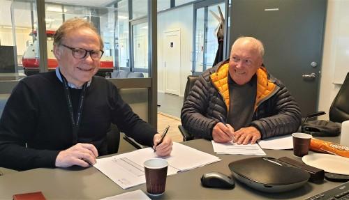 Konsernsjef Are Brekk (til venstre) i MOEN-gruppen og fagsjef Svein Børre Wilhelmsen i ABT Bygg AS signerer avtalen om bygging av landets første arktiske tørdokk. Foto: PKOM