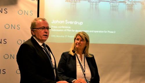 Konsernsjef Sætre kunne saman med teknisk direktør Margareth Øvrum presentera ei optimistisk og gledeleg utvikling på Johan Sverdrup-feltet. Foto: Thomas Førde