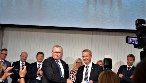 Konsernsjef i Equinor, Eldar Sætre til venstre, kunne under opninga av ONS 2018 i Stavanger overrekka Plan for utbygging og drift av Johan  Sverdrup-fase 2 til olje- og energiminister Terje Søviknes. Foto: Thomas Førde