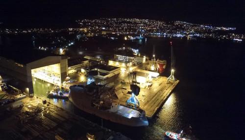 Offshorevindskipet til Acta Marine er no teke inn i dokkhallen til Ulstein Verft, der utrustinga skjer i eit tørt og kontrollert miljø. Foto: Benny Banen, Acta Marine