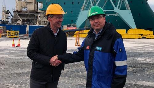 Acta Marine har inngått avtale med Ulstein Verft om å bygge eit nytt CSV-fartøy. Frå venstre Rob Boer (Acta Marine) og Kristian Sætre (Ulstein Verft). Foto: Ulstein Group
