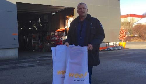 Åge Wee med spesialsekkene, som Wee Marine vil dele ut. Foto: Wee Marine