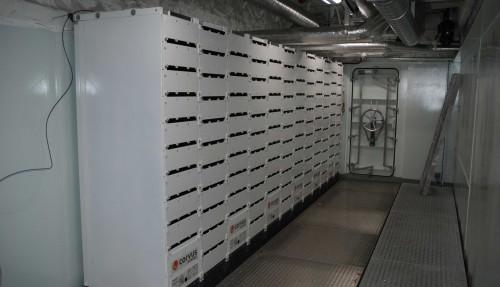 Fra ett av de to batterirommene, med Corvus-batteriene montert. Det er med hensikt gjort plass til mange flere batterier, som kan installeres ved et senere tidspunkt. Foto: Kurt W. Vadset