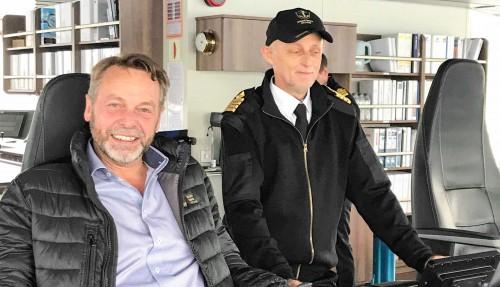 CEO i Golden Energy Offshore, Per Ivar Fagervoll, sammen med Helge Mørk, kaptein på Energy Empress. Foto: Golden Energy Offshore