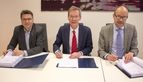 Kontraktsignering 24. januar 2017. Fra venstre: Kristian Sætre signerer for Ulstein Verft og Rob Boer og Govert Jan van Oord signerer for Acta Marine.