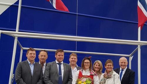 Familie og kollegaer fra både verft og rederi, sammen med gudmor Camilla Sandøy (i midten). Foto: Rostein