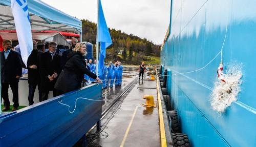 Gudmor Trine Munch Agerskov knuser sjampisflaska i skutesida til Maersk Mobiliser under dåpen. Foto: Foto: Olav Thokle/Fotomaritim