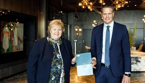 Erna Solberg fikk overlevert Rederiforbundets klimastrategi av Harald Solberg, administrerende direktør i Rederiforbundet.Foto: Rederiforbundet-