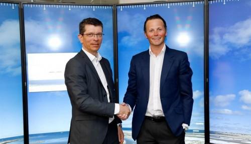 Geir Håøy, konsernsjef i Kongsberg Gruppen, sammen med Thomas Wilhelmsen, konsernsjef i Wilhelmsen. Foto: Kongsberg