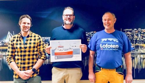 Ketil og Rune Tetlie med administrerende direktør i GOT Skogsøy, Andre Rustad, i midten under kontraktsigneringen. Foto: GOT Skogsøy