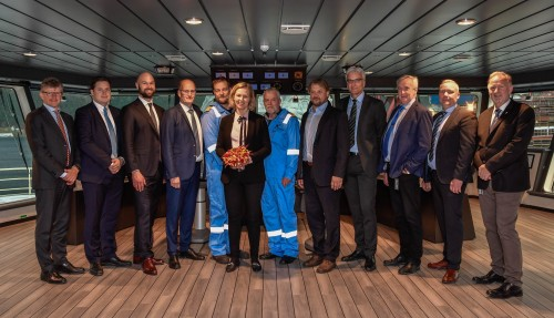 Representantar frå Kleven og Mærsk på brua i det nye fartøyet. Foto: Olav Thokle/Fotomaritim
