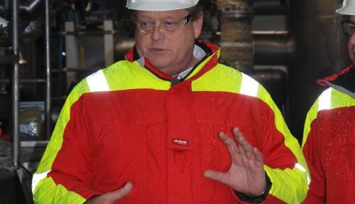 En engasjert fiskeriminister Harald Tom Nesvik fikk en omvisning om bord krillfartøyet. Foto: Kurt W. Vadset