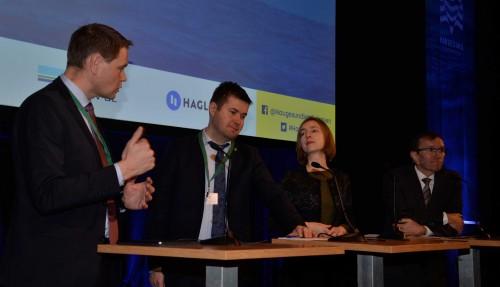 Paneldebatt under opninga av Haugesundkonferansen. Her er Harald Solberg, administrerande direktør i Norges Rederifobund (t.v.) i samtale med Geir Pollestad (Sp), næringsminister Iselin Nybø (V) og Espen Barth Eide (Ap). Foto: Thomas Førde