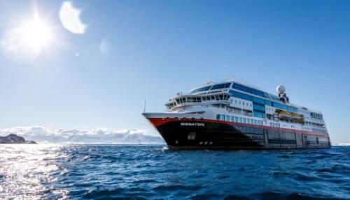Hurtigruten oppgraderer enda flere skip til hybriddrift, og forvandler tre skip til nye ekspedisjonscruiseskip. MS Midnatsol (bildet) blir MS Eirik Raude. Foto: MAXIMILIAN SCHWARTZ/Hurtigruten