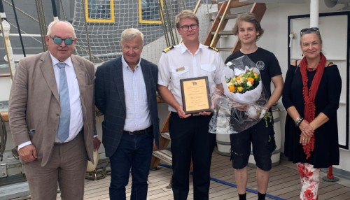 Styret i A Wilhelmsen Foundation var til stede under utdelingen her sammen med overstyrmann Daniel Ingebretsen og lærling William Oates fra Christian Radich.