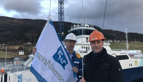 Prosjektleder Tor-Inge Nordmo fra Myklebust Verft og prosjektleder og teknisk sjef Joachim Ofstad Ness fra FosenNamsos Sjø AS som foretar flaggbytte. Foto: FosenNamsos Sjø.