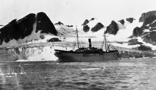 Kombinasjonen landbasert reiseliv og ekspedisjonscruise har eksistert på Svalbard siden 1896. Her er DS Andenæs fra Hurtigruten Expeditions-forløperen VDS ved en isbre på Svalbard tidlig på 1900-tallet. Foto: Hurtigruten Expeditions.