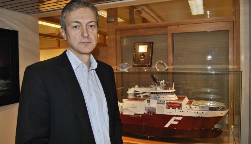 CEO i Farstad Shipping, Karl-Johan Bakken, sammen med en modell av Far Samson. Arkivfoto: John Inge Vikan