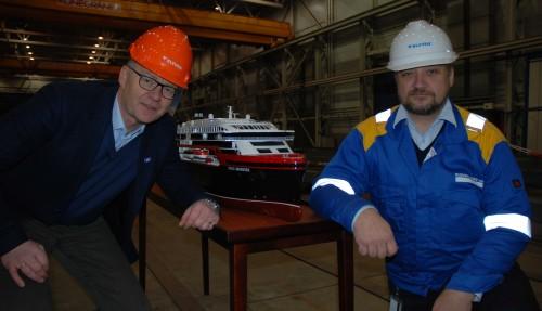 Kleven Verft har samarbeidet tett med Rolls-Royce på de nye Hurtigrute-skipene. T.v.: Knut Eilert Røsvik (Senior VP Ship Design Rolls-Royce) og verftsdirektør Olav Nakken. Foto: Kurt W. Vadset