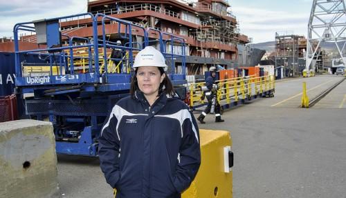 Kommunikasjonssjef Ellen C. Kvalsund med et av nybyggene hos Kleven Verft i bakgrunnen. Foto: John Inge Vikan