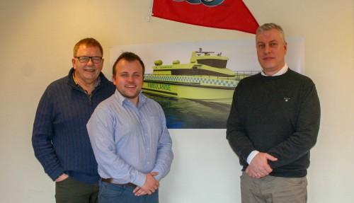 : Kontraktsignering i Gulen. Fra Gulenskyss (f.v.) Per Vold, Daniel Kvernøy og Rune Midtkandal fra Maritime Partner. Foto: Maritime Partner