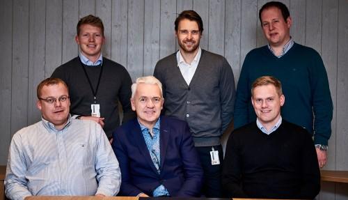 Bak fra venstre: Representanter fra VARD – Stian R. Johannessen (salgssjef), Geir Larsen (verftsdirektør) og Jim Thomas Gundersen (driftssjef). Foran fra venstre: Representanter fra FSV Group – Endre Brekstad (teknisk sjef), Per Olav Myrstad (styreformann) og Arild Aasmyr (adm. dir.).