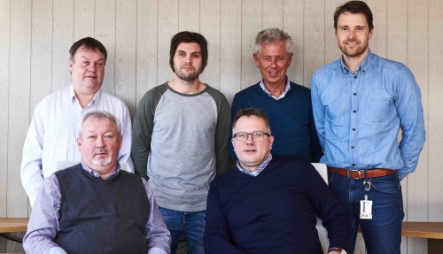 Fra kontraktsigneringen, bak fra venstre:  Dag Remøy, Vegard Kvalsvik, Helge Kvalsvik, Geir Larsen. Foran: Hans Remøy, Kjell Arild Skar. Foto: Vard