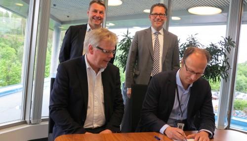 Bak fra venstre: Asbjørn Skaro, direktør for Digital & Systems i Rolls-Royce og Remi Eriksen, CEO i DNV GL. Foran fra venstre: Professor og instituttleder Hans Petter Hildre, NTNU og Henning Borgen, administrerende direktør i Sintef Ocean Ålesund. Foto: Rolls-Royce