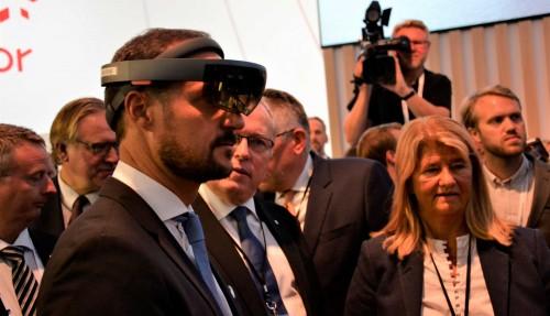Kronprins Haakon fekk testa VR-briller under besøket på Equinor sin stand ved opninga av ONS 2018 i Stavanger. Foto: Thomas Førde