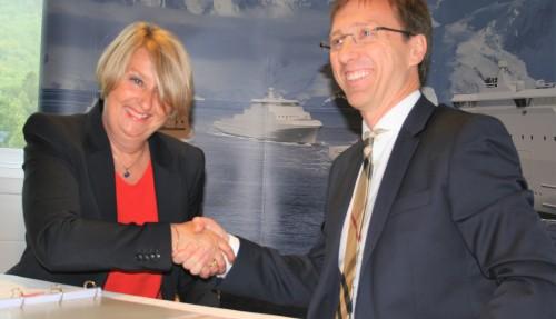Direktør i Forsvarsmateriell, Mette Sørfonden og konserndirektør i Vard, Roy Reite, var begge svært fornøyde med signeringen av kjempekontrakten på bygging av nye kystvaktskip ved Vard Langsten. Foto: Frode Rabbevåg