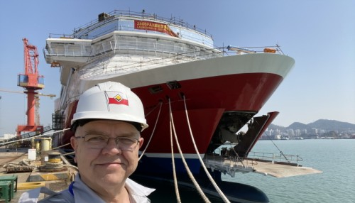 Project manager Kari Granbergare overseeing the work and ensuring compliance with safety requirements. Photo: Viking Line.