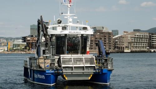 Miljøbåten er topp moderne utstyrt og spesialdesignet for effektiv oppsamling av flytende søppel. Foto: Hans Kristian Riise