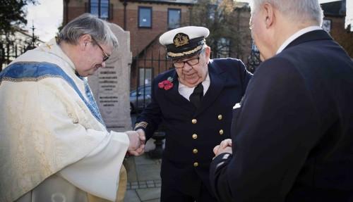 Pensjonert skipsfører Wiktor Mølleskog hilser på sjømannsprest Torbjørn Holt og ambassadør Wegger Chr. Strømmen. Foto: Nina Rangøy