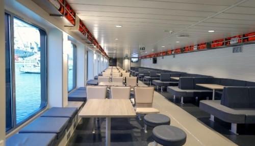 Ferjene har moderne salonger med store vindusflater og forskjellige typer sittegrupper. Foto: Boreal.