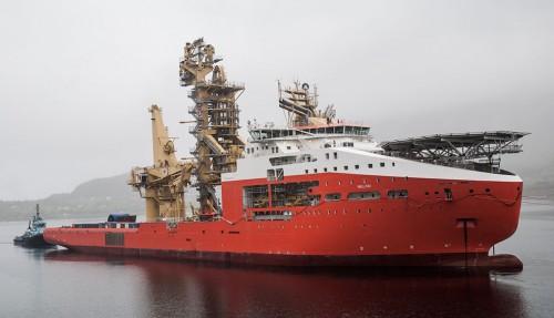 Det stor skipet smyger seg inn til kai innerst i fjorden.