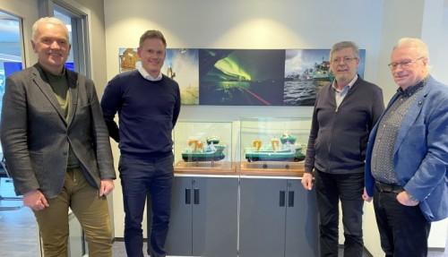 Fra kontraktinngålensen. Fra venstre: Per Olav Myrstad (Styreformann FSV Group) og Arild Aasmyr (CEO i FSV Group), Kåre Sletta (Daglig leder Sletta Verft) og Lars Liabø (Styreformann Sletta Verft). Foto: FSV Group.