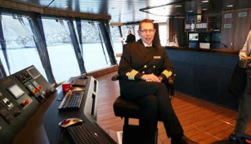 Kaptein Kai Albrigtsen er stolt over å kunne starte seilingen med det nye skipet. Foto: John Inge Vikan