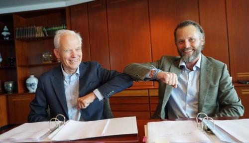 Johannes Østensjø og Thomas Wilhelmsen undertegnet avtalen. Foto: Østensjø