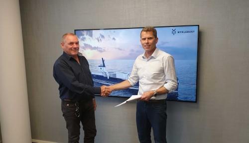 Kontrakten er signert, f. v.: Sølvtrans-sjef Roger Halsebakk og verftsdirektør Inge-Johnny Hide. Foto: Myklebust Verft