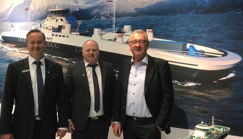 Stig Magne Espeseth fra Havyard Design & Solutions, Lasse Stokkeland fra Havyard Ship Technology og Tor Leif Mongstad fraPower & Systems gleder seg over storkontrakt med Fjord1 der Havyard både designer, leverer utstyr og bygger. Foto: Havyard