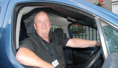 Ted Greig har vært taxisjåfør i Aberdeen i 20 år. Han mener det er mer optimisme å spore i byen nå, enn ved forrige SPE Offshore. – Messen har en bra effekt for hele samfunnet i Aberdeen, og det virker som om folk ser lysere på ting nå, sier han. Ted burde vite hva han snakker, all den tid han har kjørt folk til og fra messen de siste 20 årene. Foto: Kurt W. Vadset