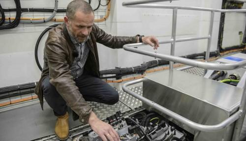 Dagleg leiar Torleif Stokke i Servogear, med bedrifta sitt giranlegg om bord Future of the Fjords. Foto: Servogear