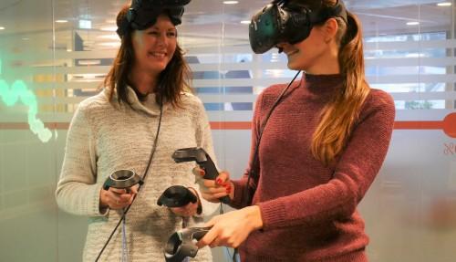 Unni Grebstad og Naval Architect/3D designer Brita Duwe i Doxacom, med VR-brillene på. Foto: Doxacom