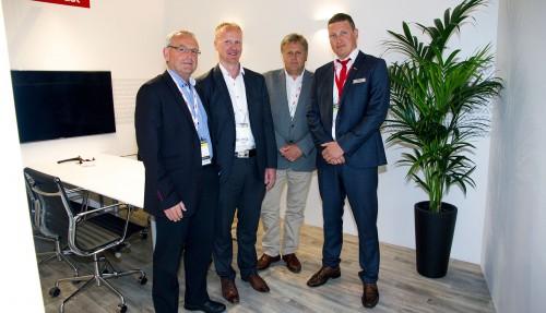 F.v. Børge Nakken (Farstad Shipping), Helge Såtendal (Statoil), Ole Steinar Andersen (Statoil) og Christian Søvik (Vard Electro). Bildet er tatt under NorShipping 2017.